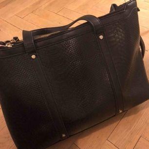 Rymlig handväska från Minelli, Franrike, fuskskinn. Något skavd i ett par hörn.