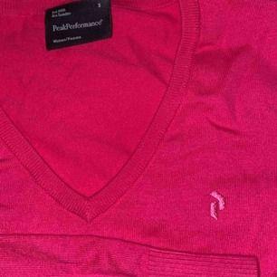 Hallon rosa v ringad tröja från Peak Performance, använd ungefär 5 gånger alltså så gott som ny!