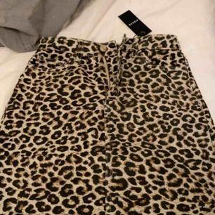 Leopard kjol från Pieces helt oanvänd med prislappen kvar, storlek XS.