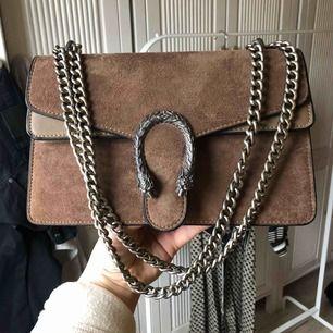Super snygg fake Gucci väska, knappt använd. Bra fack i den, som ny!