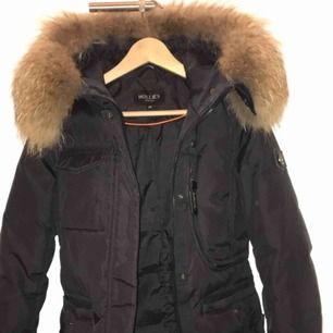 En Hollies vinterjacka som använts endast en vinter, den är som ny!  Anledningen till att jag säljer den är för att den blivit för liten för mig. Pris kan diskuteras!!!