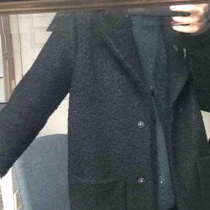 Trendig svart kappa från ichi, köpt från bubbleroom för 1000 och Andvänd fåtal gånger, slutsåld i denna storlek! Möts upp i Sthlm.