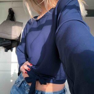 Aldrig använd! Mörkblå blus med knytning och lite öppen i ryggen! Från Nakd