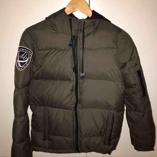 Helt ny dbrand/eskimå jacka köpt från förra året knappt använt den.Inga skador på jackan. Orginalpris:2000kr