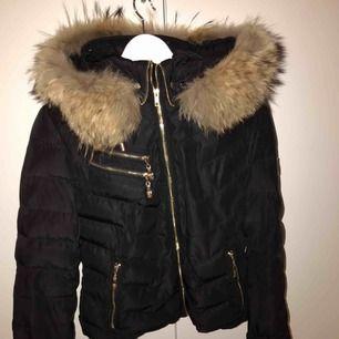 En jacka från en liten äldre modell utav märket Hollies-Chatel.Den är använd, och en knapp som håller fast luvan är borta. Orginalpris:3500