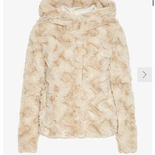 En fake pälsjacka från Vero Moda, köpt för 500kr men säljer för 300kr pga att den är för liten och inte min stil längre! Bra skick, använda max 5ggr! Frakt 59kr 🙌🏼