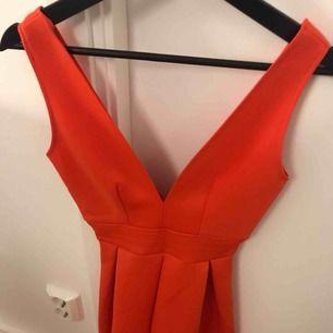 Hej jag säljer mina fina röda klänning som jag köpte i London ett tag sen. Det har varit en favorit som jag har tagit väl hand om dock har den lite slit efter ha suttit vid fel plats. Nypris 600