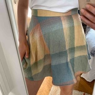 Oanvänd kjol från Beyond retro, finns ingen storlek men gissar på en 36a. Står 269kr på prislappen! Frakt 42kr 💫 (samfraktar gärna med andra produkter jag lagt upp)