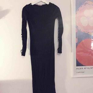 Svart tight klänning! Den går till strax över knäna! Sparsamt använd och bra kvalité 🌸  Kan mötas upp i Uppsala eller skicka!