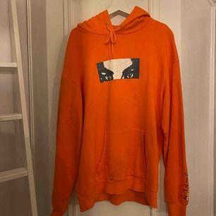 Snyggt hoodie Köptes från Carlings och jag tror är från deras egna märke. Väldigt lite använd och i gott skick. Storlek L.