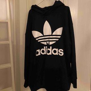 Mörkblå adidas hoodie, väldigt lite använd, storlek XL, jag gillar typ oversize och därför den är XL.