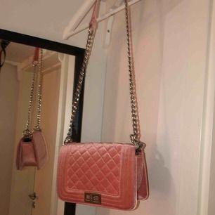 Rosa väska i sammet med silverdetaljer