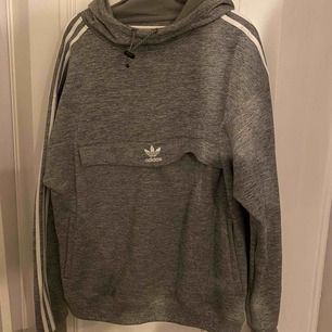 Adidas hoodie Trelinje vit går över axlar och den har en stor fickor fram och sidor fickorna som vanlig! Tror använt nån gång, väldigt bra skick! Storlek XL