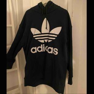 Mörkgrön Adidas hoodie i väldigt bra skick! Storlek Xl.