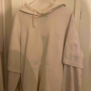 Vit adidas hoodie som har dragkedja på sidorna i storlek L. Är i Good skick.