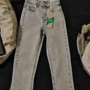 Nya Molly jeans likadana som på bilden i storlek M. Har endast testat dom ca 1 timme. Jätte sköna o stretchiga jeans som ger en fin form. Mjukt tyg. Som nya! 80kr köparen står för frakt 40kr. Skickar bildbevis i samband med att jag postar.