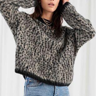 Super snygg och populär tröja från &other stories! Nypris 790kr, köparen står för frakten🥰