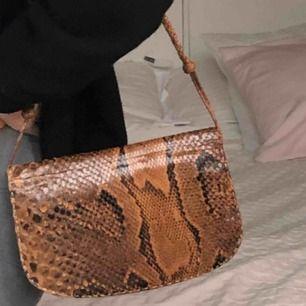 Riktigt fin vintage väska med äkta ormskinn, super snygg och originalpris 2000kr (buda gärna kan sälja för billigare pris)