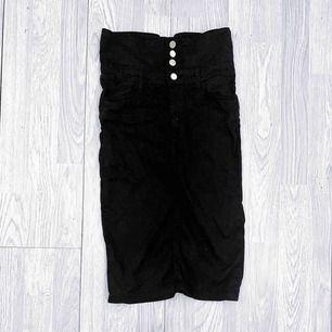 Svart högmidjad kjol från Zara storlek XS. Fint skick.  Möts upp i Stockholm eller fraktar.  Frakt kostar 59kr extra, postar med videobevis/bildbevis. Jag garanterar en snabb pålitlig affär!✨