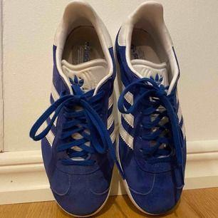 Adidas Gazelle sneakers som köptes för ungefär ett år sedan för 899kr. Användes ett fåtal gånger. Gott skick, inget fel på dem, passar bara inte min stil längre.