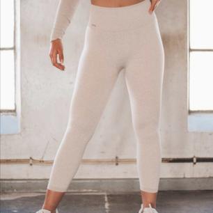 Säljer mina favorit seamless tights från Aim'n, så sköna och fina! Knappt använda,  Säljer pga att dom är lite för stora på mig Kan skicka mer bilder!