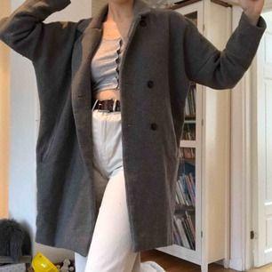Varm, grå kappa från Lager 157. Har ett hål i ena fickan. Ingenting som syns. Går att stänga med knappar.  Frakt: + 45kr