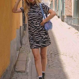 Zebra Klänning som även är snygg som en topp om man stoppar ner den i ett par byxor. Frakt är inräknat i priset, storlek 38!