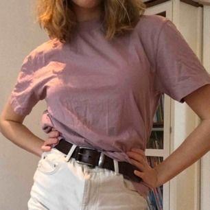 Lila/rosa T-shirt med hög krage. Från ASOS. Väldigt skön!  Frakt: + 42kr