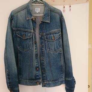 Oversized jeansjacka. Köptes begagnad och är nästan i helt nyskick.  Kan mötas upp i Stockholm annars står köpare för frakt
