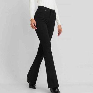 Svarta bootcut-jeans från Dr Denim. Använda två till tre gånger då det inte riktigt är min stil. Frakt ingår i priset. Skriv privat för fler bilder och frågor.