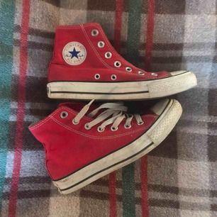 ett par röda converse! Ganska använda och den ena saknar snöre, men det är lätt att fixa. ALL⭐️STAR