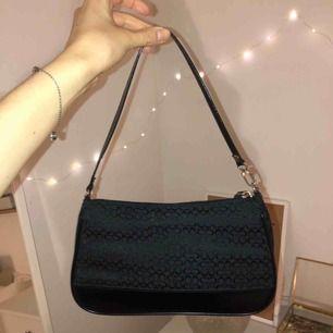 Svart liten väska från Coach, osäker om äkta då jag köpte den sacond hand. Köparen står för frakten :)