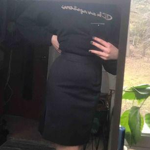 Härlig mörkgrå kjol!