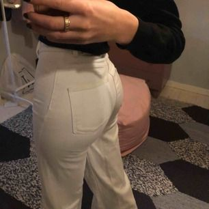 Trendiga vita Wera jeans, säljer för de ej kommer till användning längre. köparen står för frakt💜💖💘