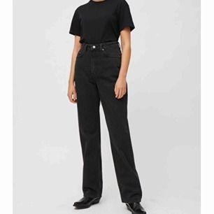 Svarta weekday jeans i modellen rowe. Suuper snygga och knappt andvända💞 nypris på byxorna är 500kr. säljer då dem har blivit för små för mig. Frakt inkl i priset ( Edit: på bilden ser byxorna grå svarta ut men irl är dem bäcksvarta)
