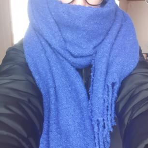 Stor lång och gosig halsduk från Urban Outfitter. Använd 1 gång, inköpt i Kanada. I princip oanvänt skick. Färgen är lite missvisande på första bilden, bilden på galgen stämmer bättre. Köparen står för frakten, skickar med spårmöjlighet