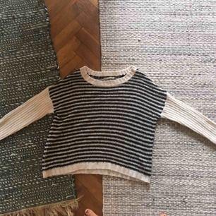 Mysig stickad tröja, aldrig använt så den är så gott som ny. Smal i ärmar och lite vid kring mage/rygg, väldigt fint! Säljer då jag har för många randiga tröjor...  Fraktkostnad tillkommer om den postas.