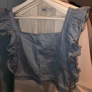 Cool och söt topp från nakd. Aldrig använd! I jeans material.