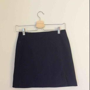 Tight minikjol! Den ser svart ut men är mörkblå egentligen🌸 tyget är mockaliknande. Kan mötas upp i Uppsala eller skicka, då står köparen för frakt!