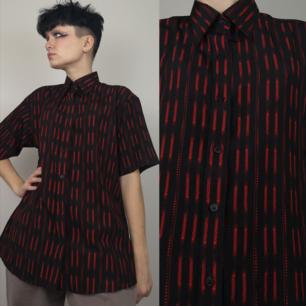 Supercool t-shirt skjorta i svart och rött mönster. OBS! kragen är i hårdare material än resten av skjortan. Står ingen storlek men är ganska lik storleken på den andra skjortan i stl large som jag laddade upp nyligen så skulle säga att den nog är mellan en medium large i herrstorlek. Frakten för denna ligger på 44 kr, samfraktar gärna! 😊👍