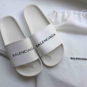 Balenciaga tofflor / slippers. Kopia. Nya, helt oanvända. Trycket på en av skorna är aningens svagare än på den andra. Längd på sulan 25.5 cm. Dustbagen ingår! Äkta kostar ca 2700 kr. ✨frakt 65 kr✨