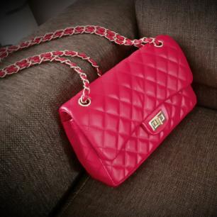 Chanelinspirerad klassisk flapbag med gulddetaljer och vridlås fram❤Väskan har många fack inuti inklusive stora klassiska fickan/facket på baksidan av väskan. Den är helt oanvänd/och i nyskick, och säljer vidare då jag ej har plats, samt att den förtjänas att användas!🌍Jag postar spårbart! Och frakten ingår i priset vid köp senast 3FEB