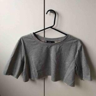 En tröja som jag klippt till en crop tröj/t-shirt. Skjut snygg. Passar snyggt me jeans osv. Frakt på 36 kr.