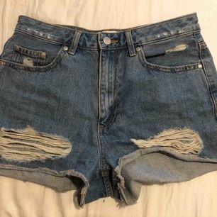Snygga jeansshorts, säljer pga använder dem ej.