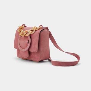 somrig väska från Zara! med justerbart axelband som även är avtagbar, så att man kan använda handtaget där fram! använd en gång men som ny! puderrosa och mindre men   perfekt på fest om man bara behöver med sig mobil, nycklar, läppglans och parfym!!