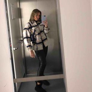 Säljer nu min jättesnygga Zara kappa då den tyvärr inte kommer till användning längre då jag har en annan. Den är som ny. Köpt för 549 kr på Zara.