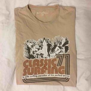 En 70-tals inspirerad t-shirt i storlek Medium. Fint skick! 99kr plus 60kr frakt. Prutat och klart.