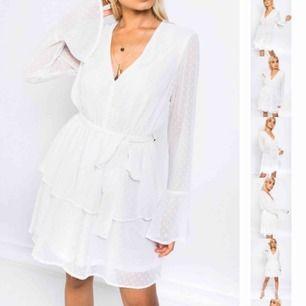 Intresse koll!! Slutsåld klänning från madlady, köpte den för 499kr. Har aldrig använts endast testad, lappen sitter kvar på klänningen.