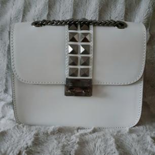 Helt ny/oanvänd äkta läder valentinoinspirerad crossbody väska med nitdetaljer-från Chiquelle. Nypris: 699:- Passar till i princip allt! Fri Frakt gäller vid köp senast 3FEB! Postar Spårbart.