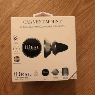En helt oöppnad bilhållare för mobilen, från Ideal of Sweden!! Den har aldrig kommit till användning, därav säljer jag den💫 på hemsidan kostar en ny 299kr! Frakten står köparen för🥰